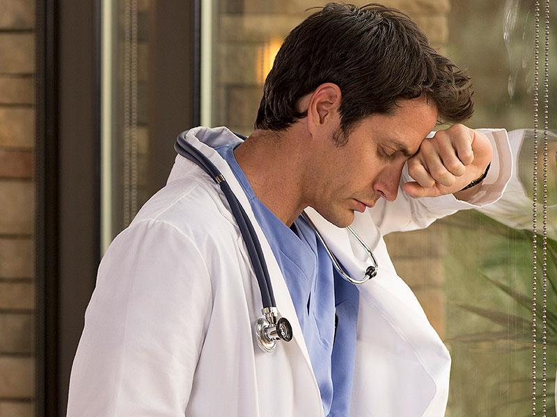 is_150430_doctor_sad_800x600